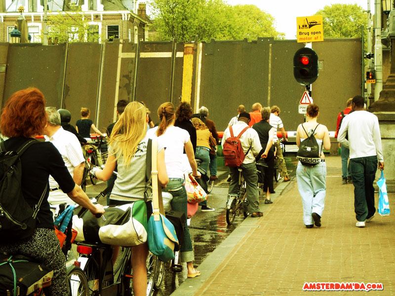 Amsterdam kanallarından birinden geçen tekne için açılan köprü ve yolda sabırsızca bekleşen insanlar. Fotoğraf sahibi Rick van Hemert