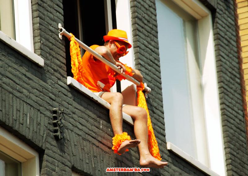 Camdaki turuncu adam