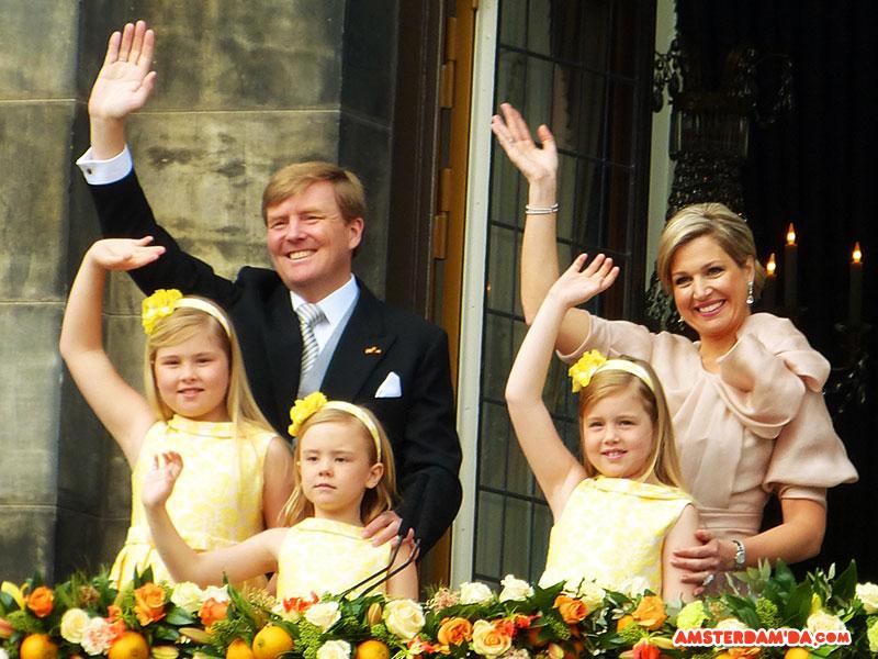 Taç giyme töreni öncesinde yeni Kral Willem-Alexander, Kraliçe Máxima ve kızları Prenses Catharina-Amalia, Prenses Alexia, Prenses Ariane Dam Meydanı'ndaki Kraliyet Sarayı'nın balkonundan halkı selamlıyor. Fotoğraf sahibi Tatsiana Fanchanka