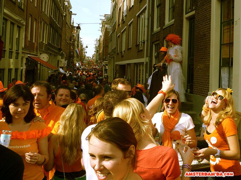 Ara sokakta kendi halinde bir parti. Fotoğraf sahibi amsterdamda.com