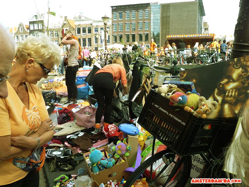 Vrijmarkt'ta kaldırıma kurulmuş ikinci el tezgahı Fotoğraf sahibi amsterdamda.com