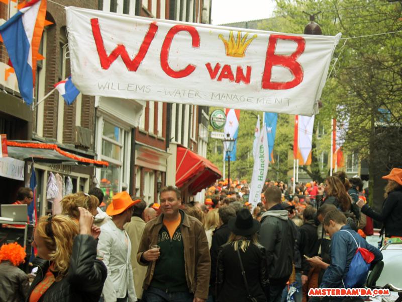 Evinin tuvaletini para karşılığı kullandıran bir mahalle sakininin komik bez afişi. Fortoğraf sahibi amsterdamda.com