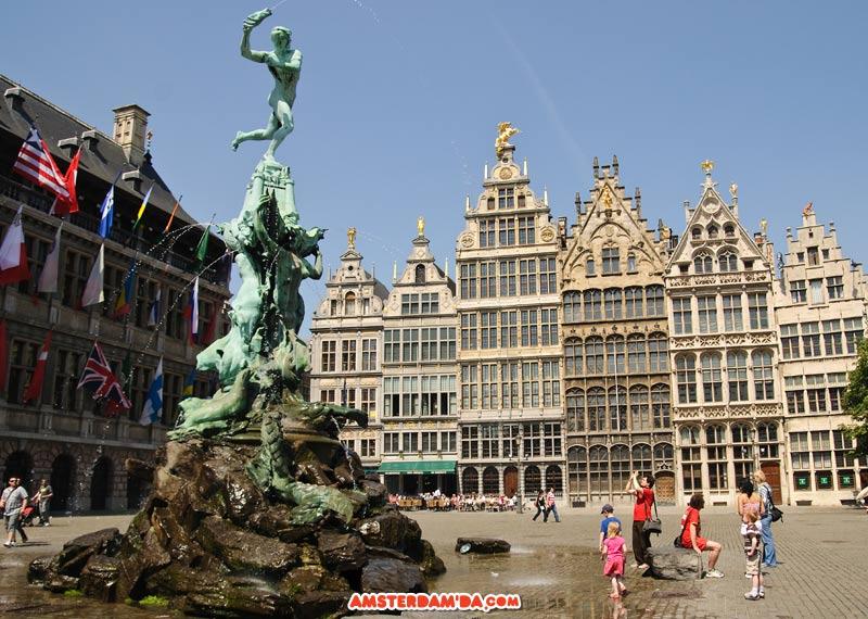 Antwerp merkezinde bulunan Silvius Brabo heykeli ve fıskiyesi. Silvius Brabo Romalı bir asker. Efsaneye göre bir devi öldürmüş. Elini kesip fırlatmış ve elin düştüğü yere Antwerp kenti kurulmuş. Hollanda ve Belçika sınırları içerisinde yer alan Brabandt bölgesinin adı da Roma askeri Brabo'dan geliyor. Fotoğraf sahibi Bruce Irschick