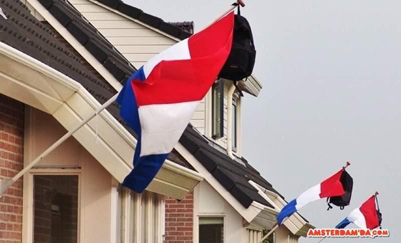 Eğitime önem veren bir mahalle. Mezun çocuklarıyla gurur duyan ailelerin bayrak direklerine astıkları çantalar. Fotoğraf sahibi