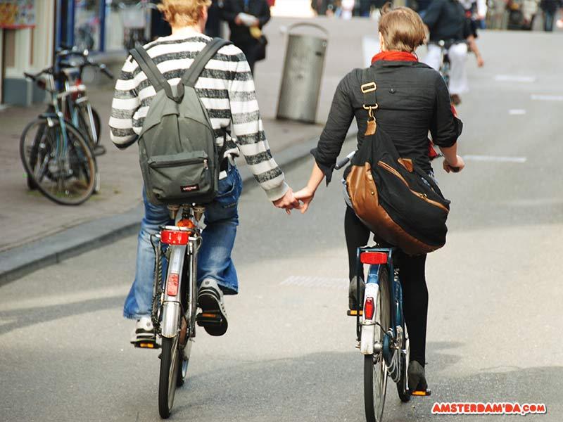 Amsterdam'da bisiklet üzerinde aşk başkadır. Fotoğraf sahibi Amit Louis