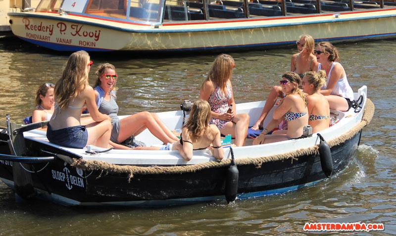 Amsterdamda Guneslenen Kizlar