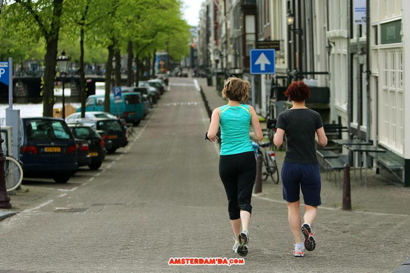 Sabah sakinliğinde Amsterdam kanalları boyunca jogging yapmak çok keyiflidir. Fotoğraf sahibi Sergey Dushkin