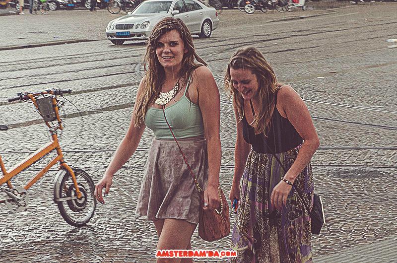 Yağmur yağmasına rağmen   neşelerini kaybetmeyen arkadaşlar. Fotoğraf sahibi 105mm