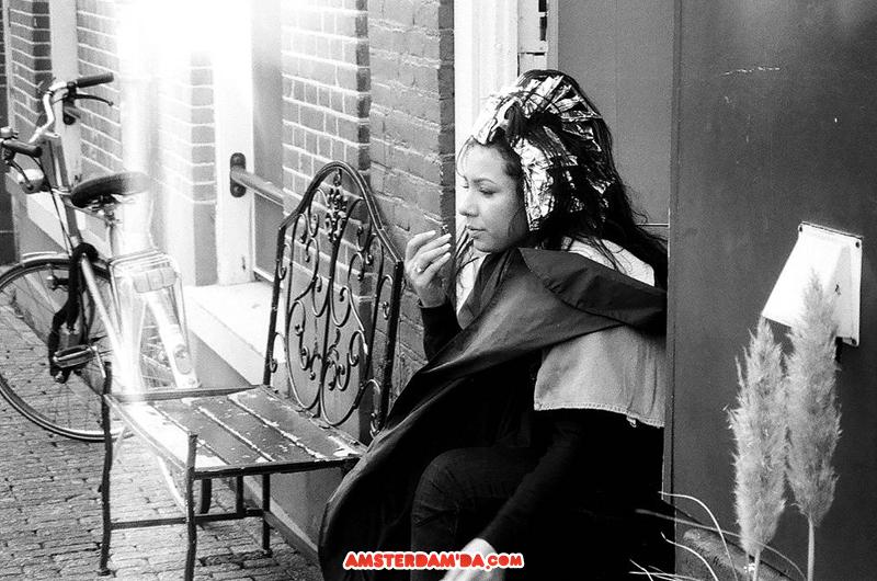Güneş açması ile kendini kuaför dükkanı dışına atan müşteri. Fotoğraf sahibi Julia Kosmynina