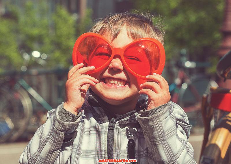 Turuncu gözlüklü çocuk